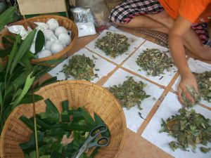 Mujer haciendo pindas herbales en Tailandia