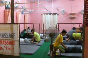 gente dándose masajes en tailandia